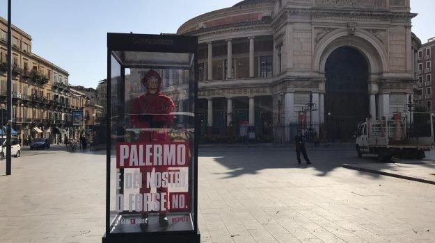 """Un manichino in piazza Ruggero Settimo: a Palermo operazione marketing di """"La casa di carta"""""""